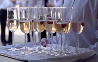 kieliszki z szampanem do toastu weselnego